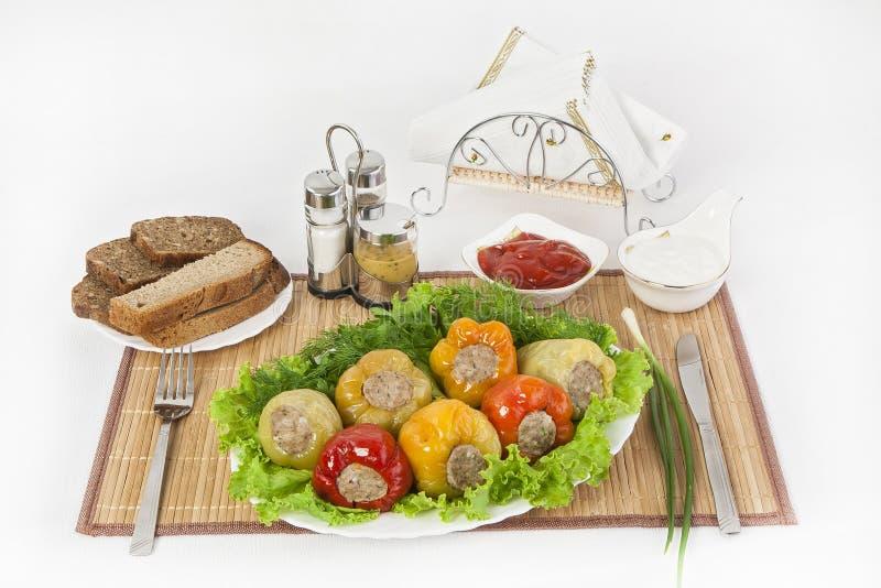 La pimienta búlgara rellena con la carne con las hierbas sauce y crema agria Una comida fina para el almuerzo fotografía de archivo