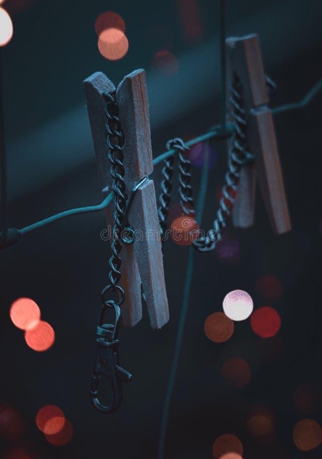 La pince à linge et la chaîne dans la nature photo stock