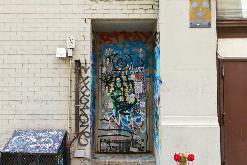 La pintada cubrió la puerta fotografía de archivo libre de regalías
