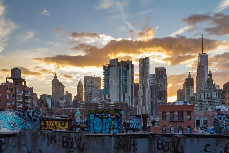 La pintada cubrió tejados de New York City imagen de archivo