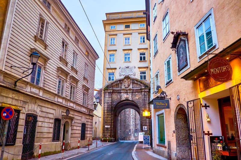 La pintoresca Puerta de Gstattentor en el viejo Salzburgo, Austria foto de archivo