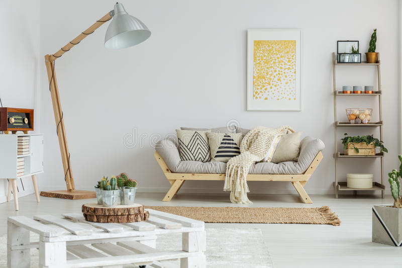 La pintura amarilla cuelga sobre el sofá imagen de archivo
