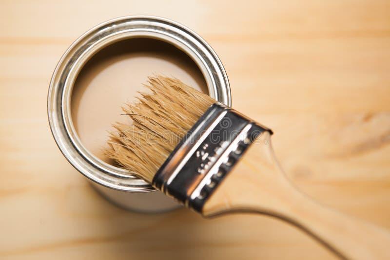 La pintura puede y cepillo foto de archivo libre de regalías