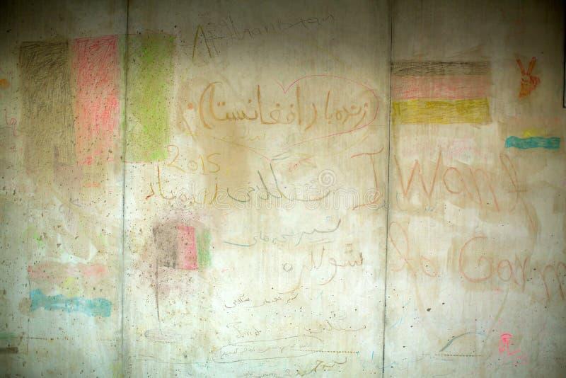 La pintura de las paredes hizo a refugiados de la guerra en el ferrocarril de Keleti Las autoridades húngaras han cerrado la fron fotos de archivo