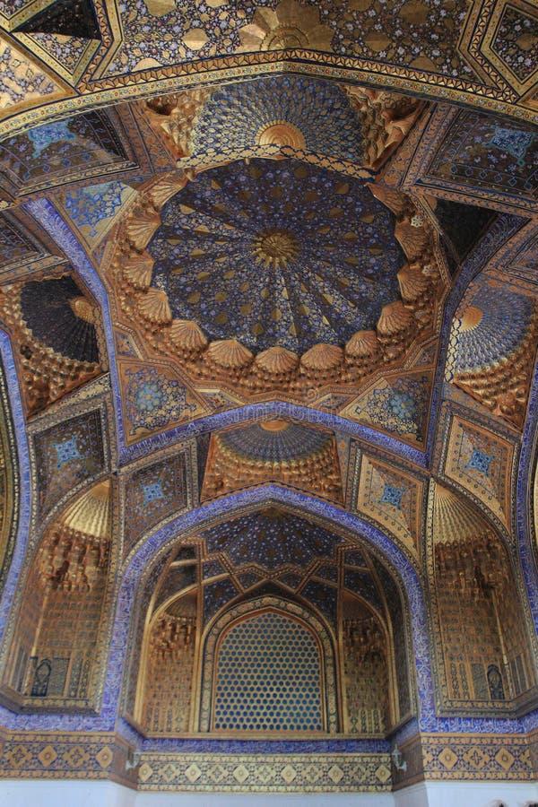 La pintura el techo del mausoleo de Aksaray en la ciudad de Samarkand, Uzbekistán foto de archivo