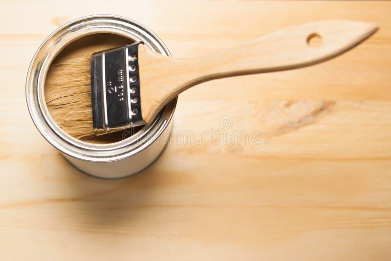 La pintura puede y cepillo foto de archivo