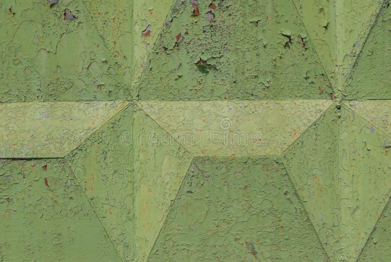 La pintura saltada, superficie del hierro acanalado se cubre con la pintura vieja, pintura saltada, textura del verde, fondo foto de archivo