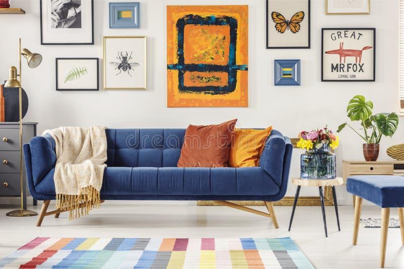 La pintura sobre azules marinos acuesta en interior art?stico de la sala de estar imagen de archivo libre de regalías