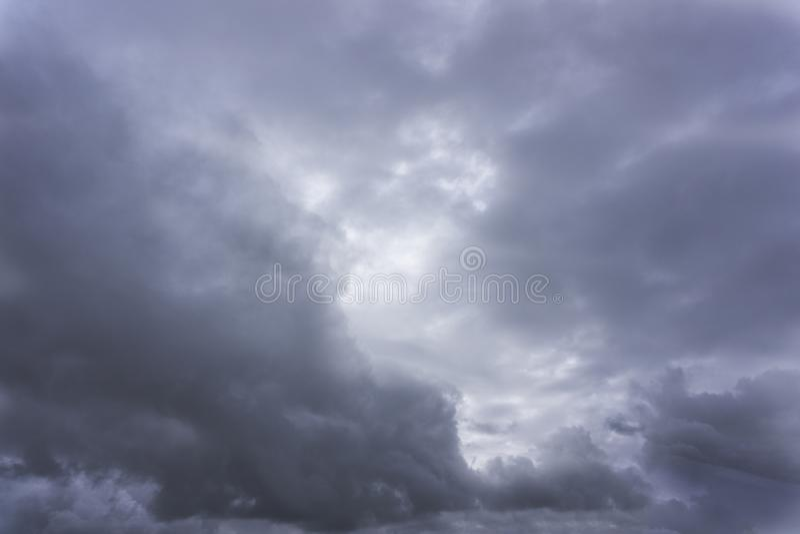La pioggia minacciosa nuvolosità maestosa grigia della nuvola di grande fotografia stock