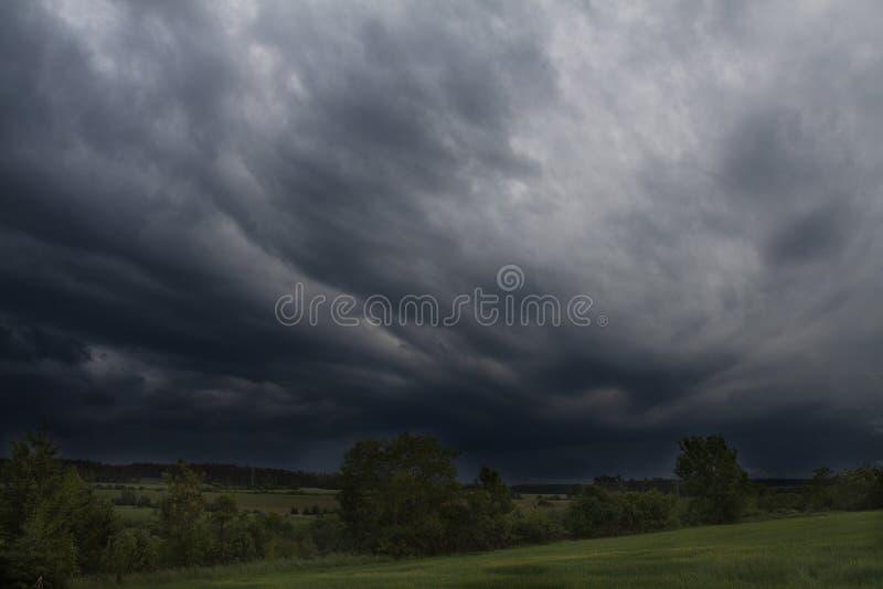 La pioggia scura si rannuvola il campo fotografia stock libera da diritti