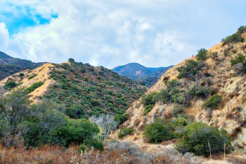 La pioggia si rannuvola le montagne della California del sud fotografia stock