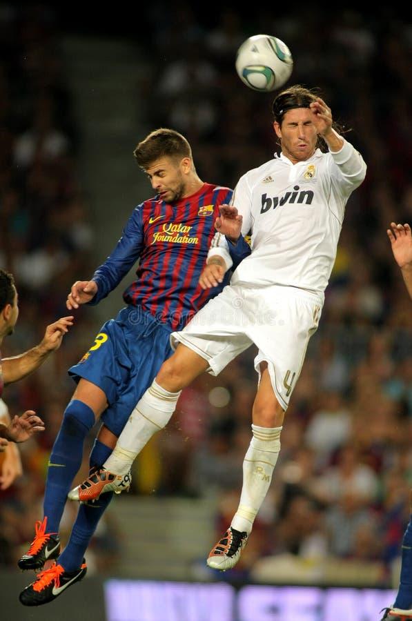 La piqué de Gerard lutte avec Sergio Ramos image stock