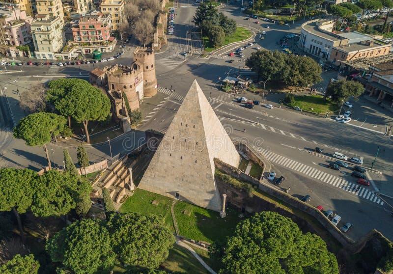 La pirámide de Cestius en Roma fotografía de archivo
