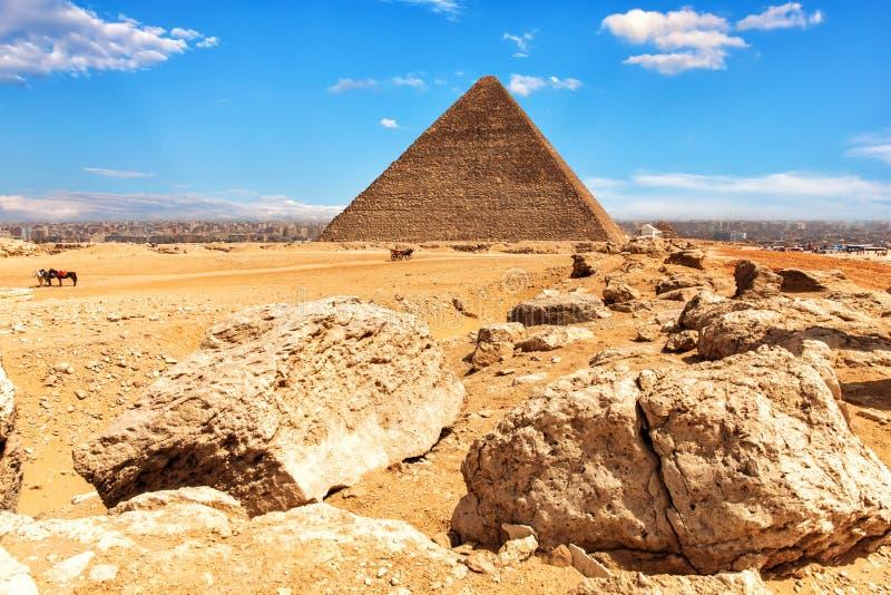 La pirámide de Cheops y de piedras en el desierto de Giza, Egipto fotos de archivo libres de regalías