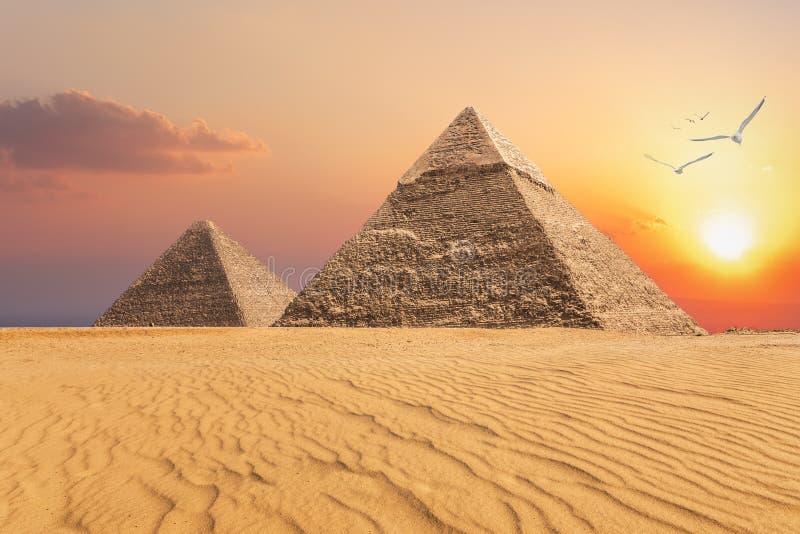 La pirámide de Chephren y la pirámide de Cheops, opinión hermosa de la puesta del sol de Giza, Egipto fotos de archivo libres de regalías