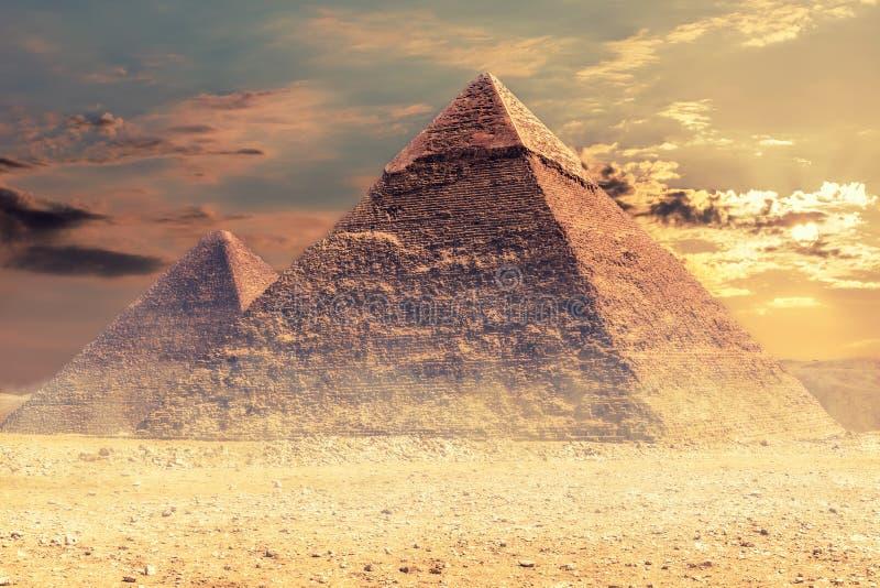 La pirámide de Khafre y la pirámide de Cheops, desierto de Giza, Egipto fotos de archivo
