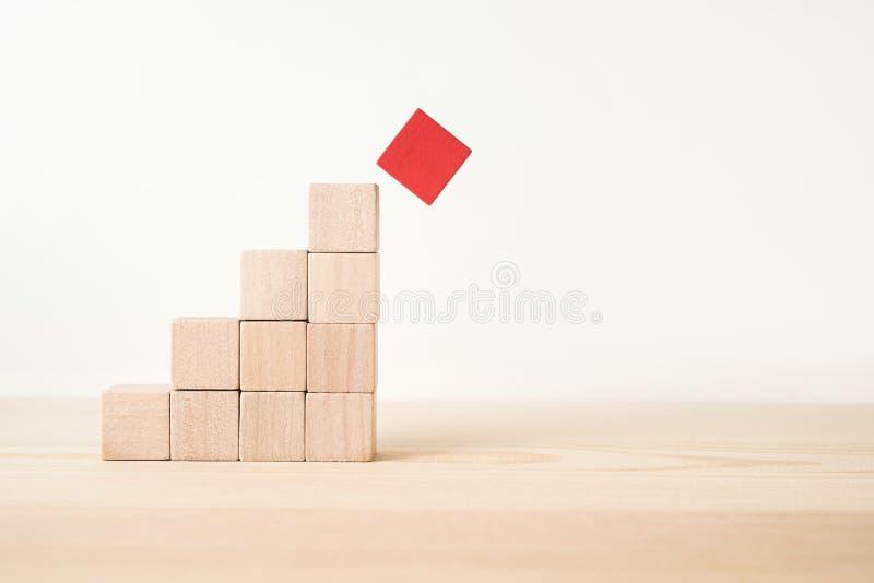 La pirámide de madera real geométrica abstracta del cubo en el fondo blanco del piso y él el ` s no 3D rinden El ` s el símbolo d fotos de archivo libres de regalías