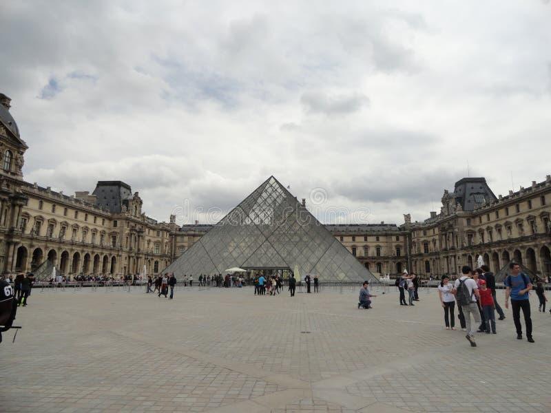 La pirámide del Louvre imágenes de archivo libres de regalías