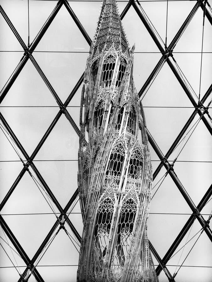 La pirámide del Louvre interior con la escultura se cierra encima de blanco y negro fotos de archivo libres de regalías