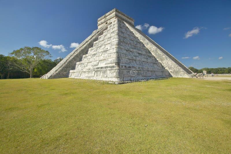 La pirámide maya de Kukulkan (también conocido como El Castillo) y de ruinas en Chichen Itza, península del Yucatán, México imagen de archivo