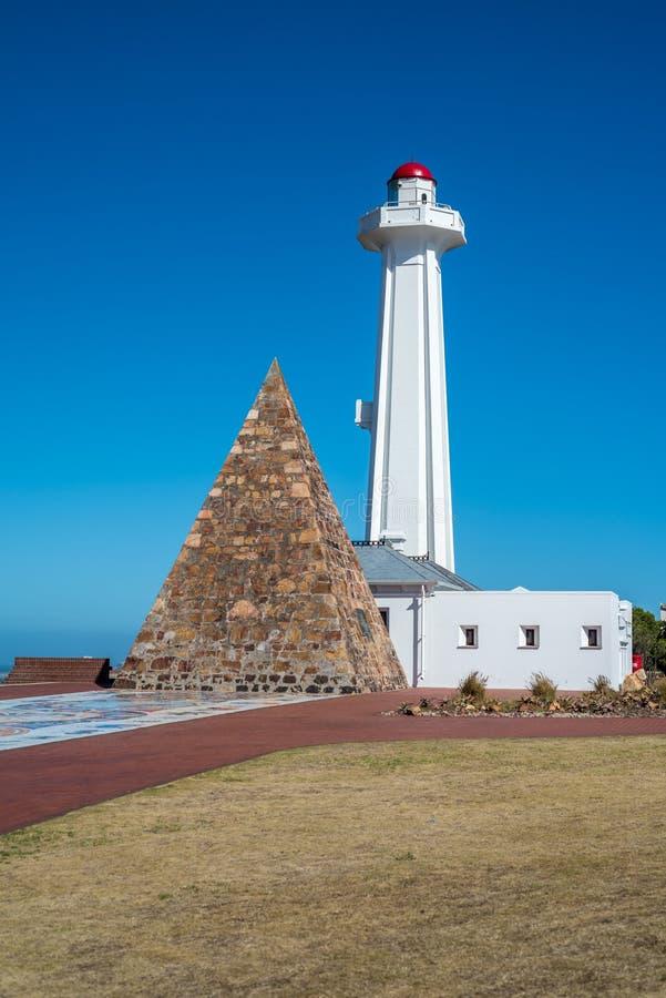 La pirámide y el faro en la reserva de Donkin en Port Elizabeth, Suráfrica imagen de archivo
