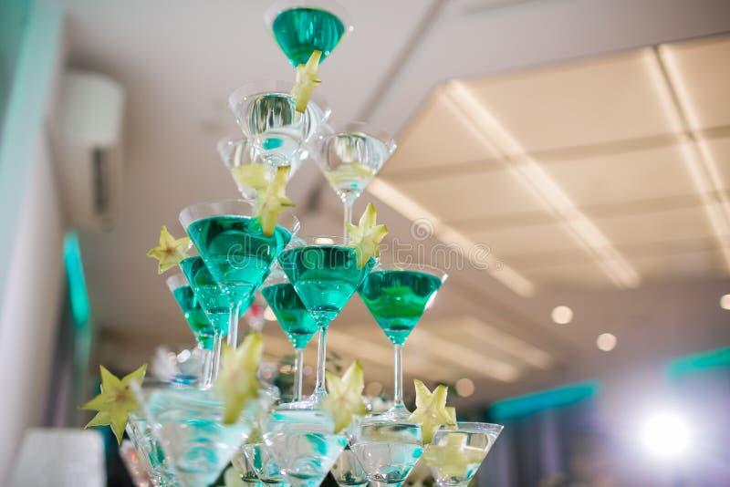 la piramide dei vetri con champagne e una carambola fotografia stock libera da diritti