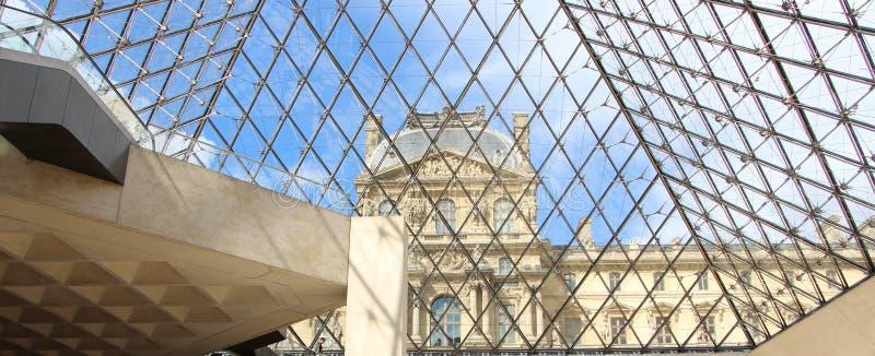 La piramide del Louvre immagine stock