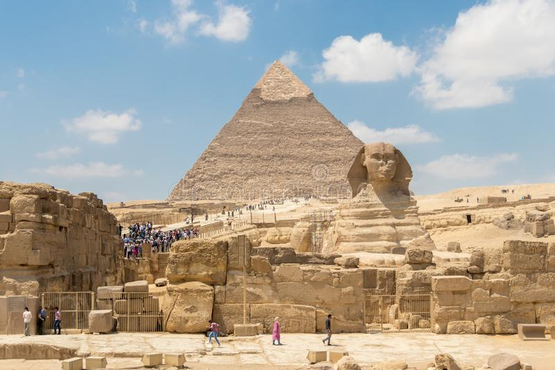 La piramide di Khafre e la grande Sfinge di Giza immagini stock libere da diritti