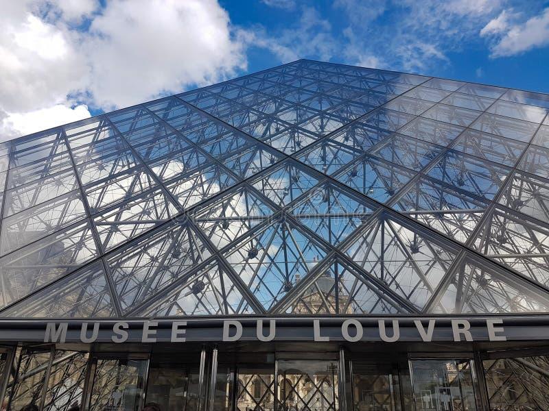 La piramide di vetro, museo del Louvre, Parigi, Francia fotografie stock libere da diritti