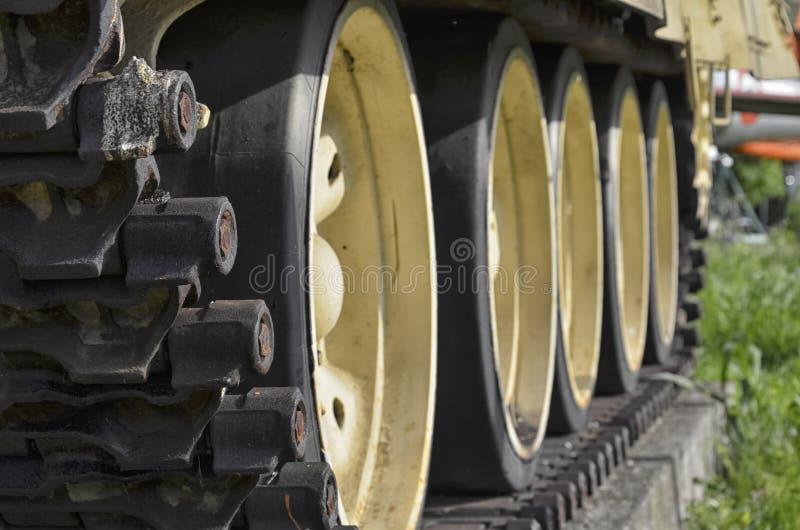 La pisada del tanque del T-55 imagenes de archivo