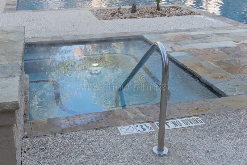 La piscina al aire libre del Jacuzzi con la barandilla y la profundidad firma adentro Tejas, Ame fotografía de archivo libre de regalías