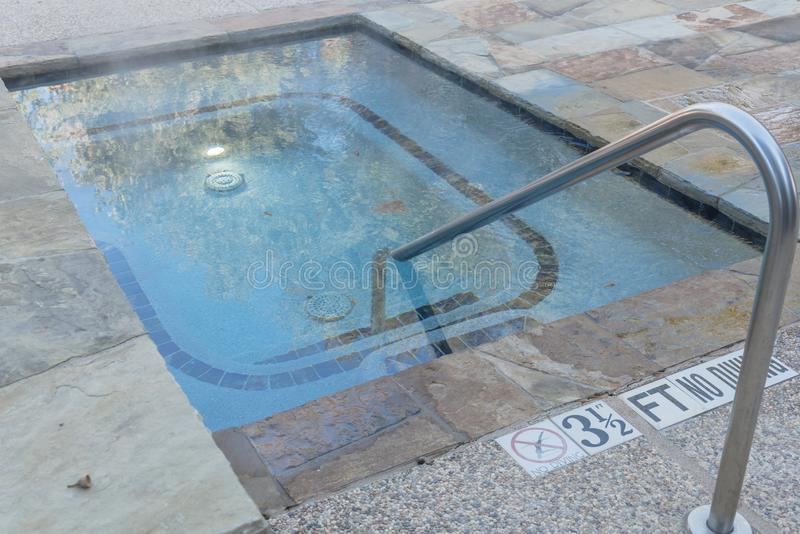 La piscina al aire libre del Jacuzzi con la barandilla y la profundidad firma adentro Tejas, Ame imagen de archivo libre de regalías