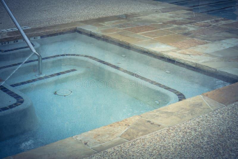 La piscina al aire libre del Jacuzzi del primer con la barandilla firma adentro Tejas, Amer fotografía de archivo libre de regalías