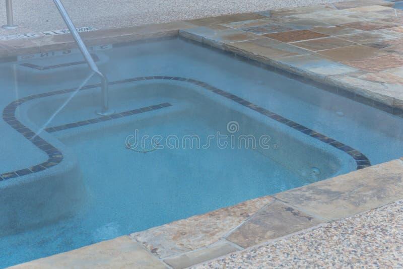 La piscina al aire libre del Jacuzzi del primer con la barandilla firma adentro Tejas, Amer imagen de archivo