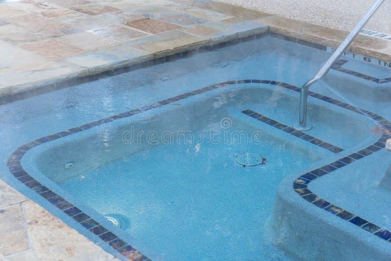 La piscina al aire libre del Jacuzzi del primer con la barandilla firma adentro Tejas, Amer fotos de archivo libres de regalías