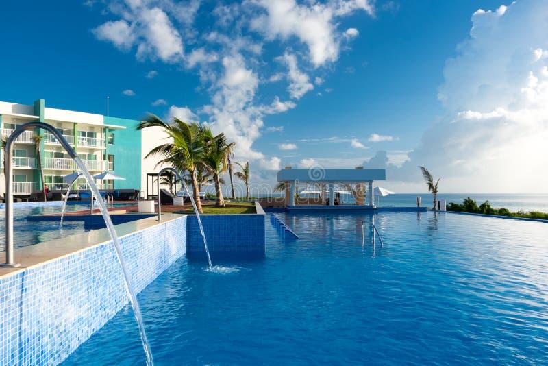 La piscina con relaja la zona y la barra, Cayo Guillermo, Cuba fotos de archivo