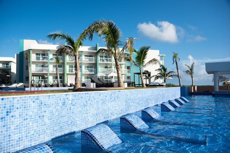 La piscina con relaja la zona y la barra, Cayo Guillermo, Cuba fotos de archivo libres de regalías