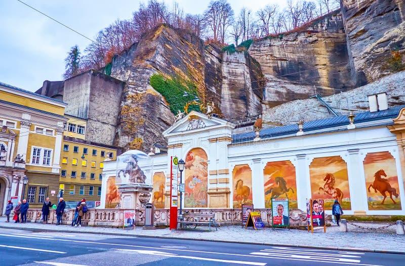 La piscina de la ciudad y una fuente con escultura del caballo y un tamer, Salzburgo, Austria foto de archivo