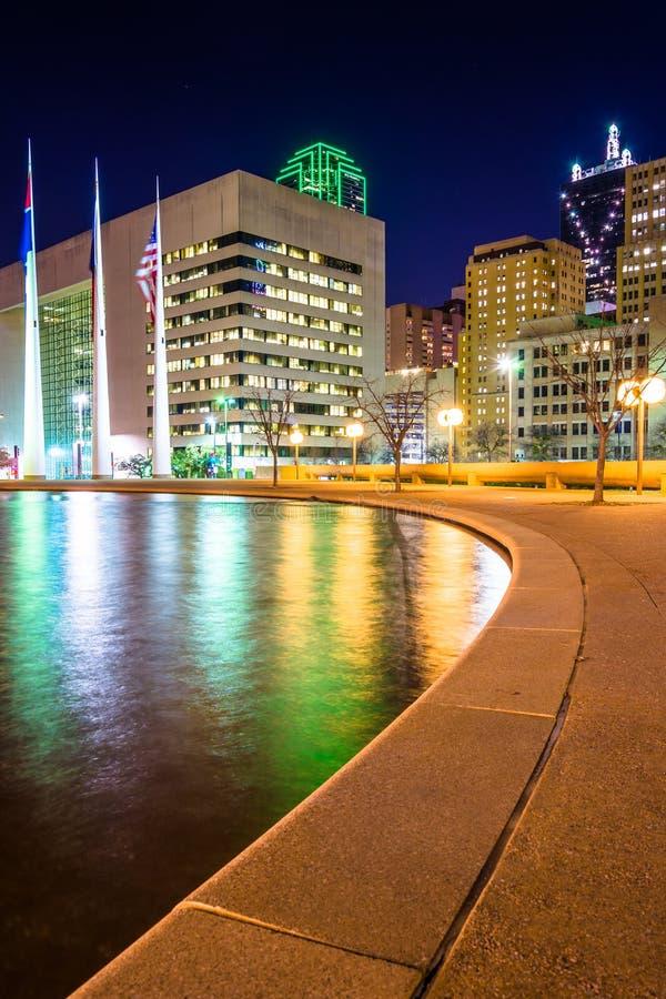 La piscina de reflejo en ayuntamiento y edificios en la noche, en Dall foto de archivo libre de regalías