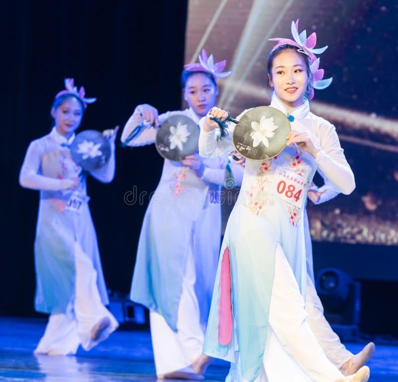la piscina del loto por la demostración popular de la Danza-graduación del claro de luna 1-Chinese de la danza Departmen imagenes de archivo