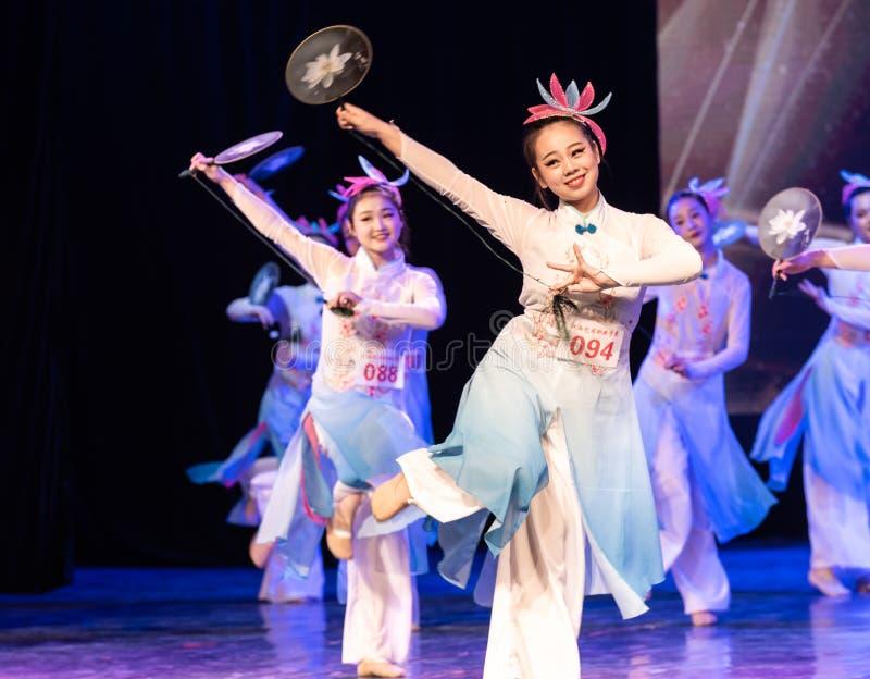 la piscina del loto por la demostración popular de la Danza-graduación del claro de luna 1-Chinese de la danza Departmen fotografía de archivo