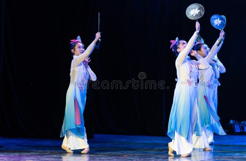 La piscina del loto por la demostración popular de la Danza-graduación del claro de luna 3-Chinese de la danza Departmen imagen de archivo libre de regalías