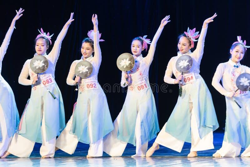 La piscina del loto por la demostración popular de la Danza-graduación del claro de luna 4-Chinese de la danza Departmen fotos de archivo libres de regalías