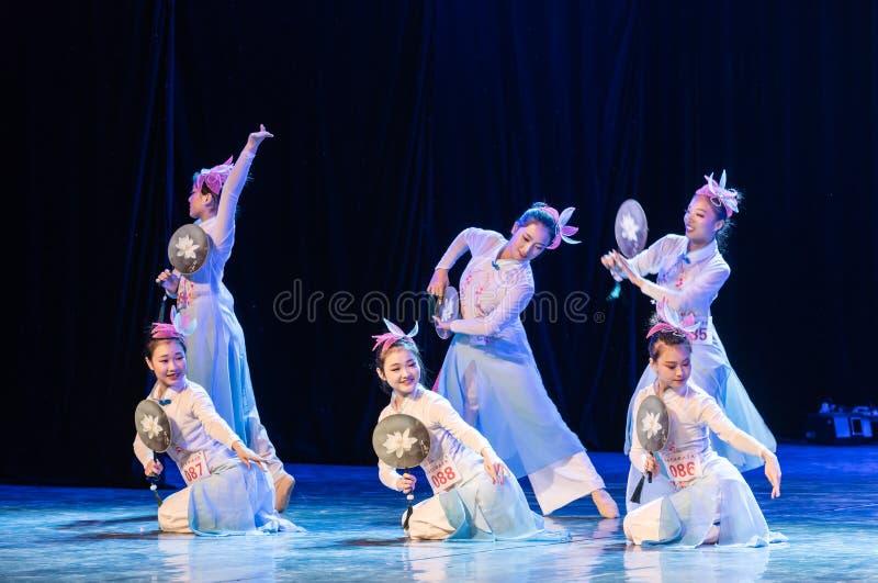 La piscina del loto por la demostración popular de la Danza-graduación del claro de luna 5-Chinese de la danza Departmen fotografía de archivo libre de regalías