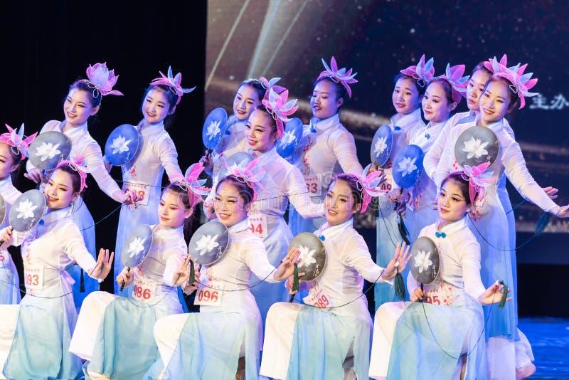 La piscina del loto por la demostración popular de la Danza-graduación del claro de luna 5-Chinese de la danza Departmen imagen de archivo libre de regalías
