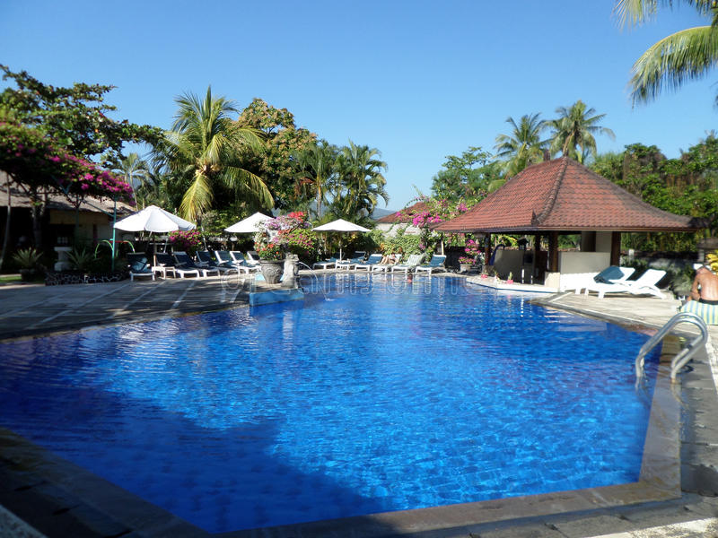 La piscina dentro del centro turístico fotografía de archivo libre de regalías