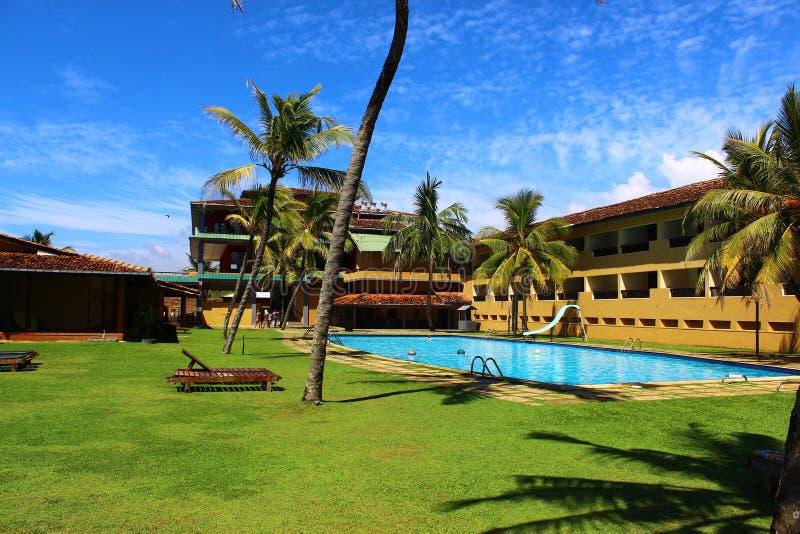 La piscina dentro del patio en el pueblo de Koggala del club imagenes de archivo