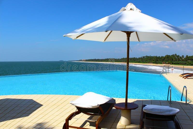 La piscina en el hotel Saman Villas imagenes de archivo