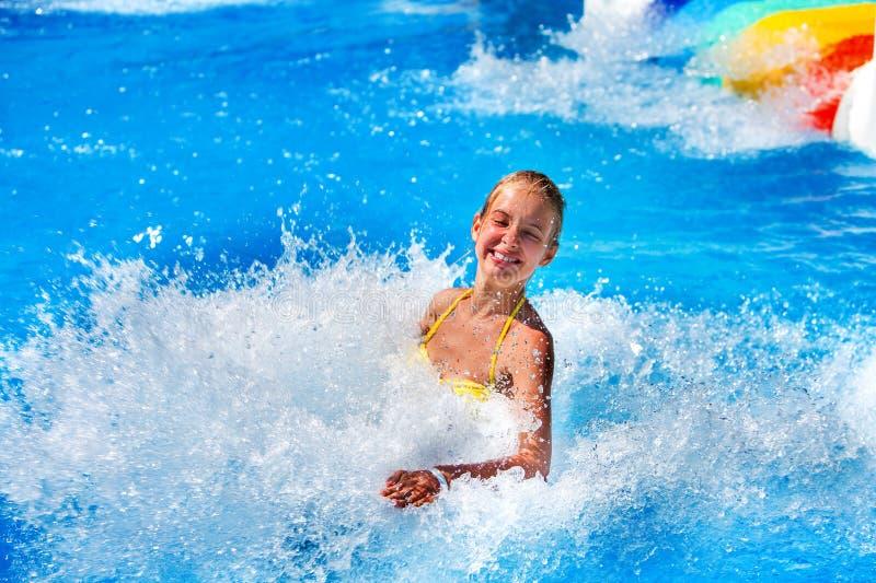 La piscina fa scorrere per i bambini sull'acquascivolo a aquapark fotografie stock