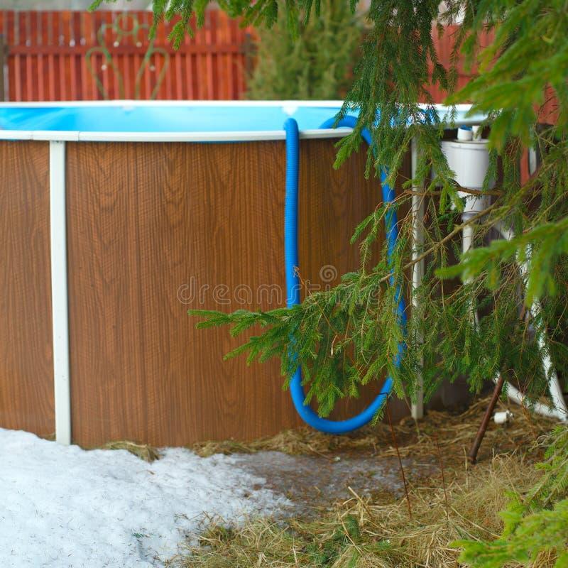 La piscina necesita servicio después de invierno fotografía de archivo